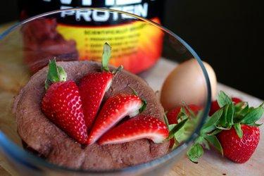 Gâteau à la tasse protéiné et rapide (sans gluten ni sucre)