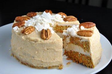 Gâteau à la carotte sain et crème de noix de coco et cajou (sans gluten ni sucre)