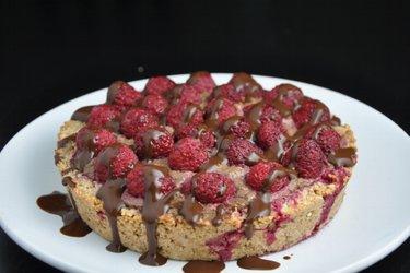 Gâteau aux framboises fourré à l'avocat et au cacao (sans gluten)