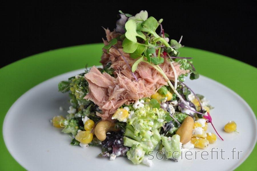 Salade de brocoli équilibrée et fromage cottage, thon et maïs