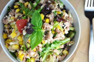 Salade de thon, légumes et pâtes équilibrée