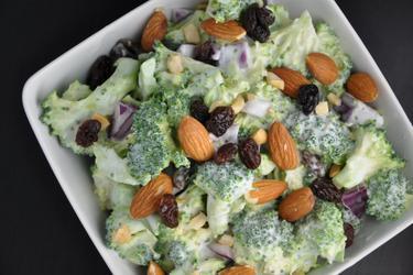 Salade de brocoli saine aux raisins et amandes