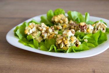 Délicieuse salade saine à l'avocat et aux œufs