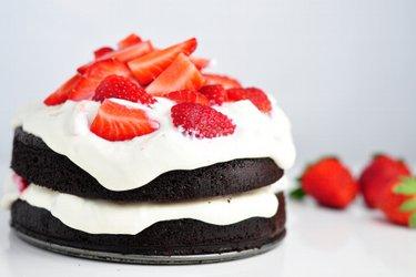 Gâteau au cacao sain et sans farine et crème de quark et fraises