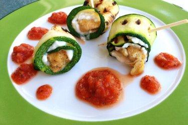 Rouleaux au poulet et à la courgette, fromage blanc et sauce tomate