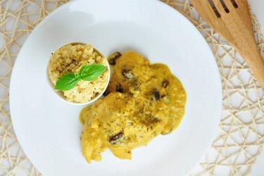 Blancs de poulet sauce exotique coco-mangue et millet