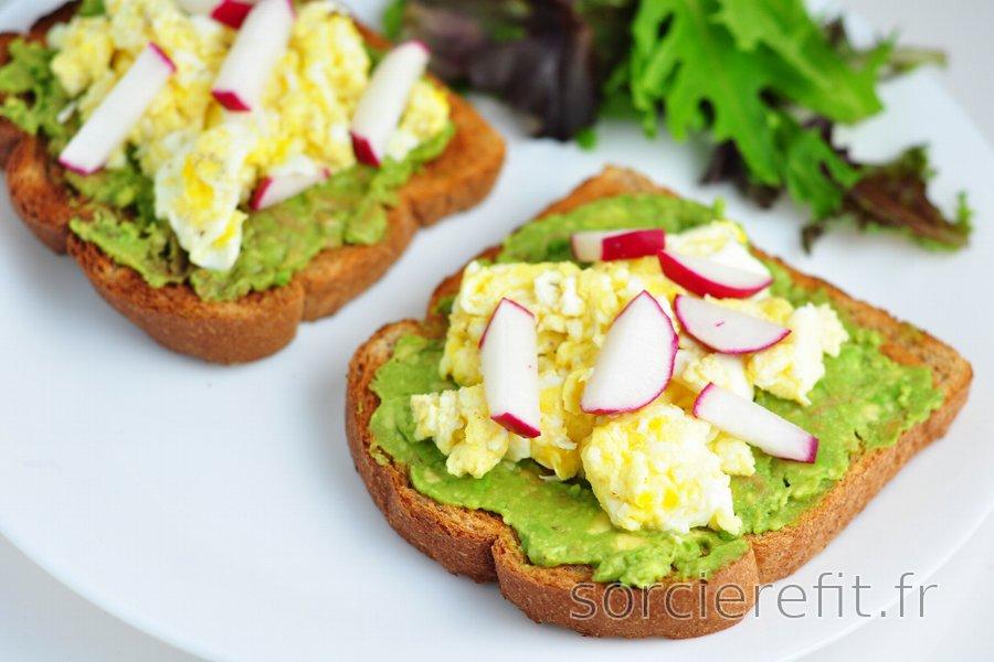 Toasts sains à l'avocat, œufs brouillés et radis