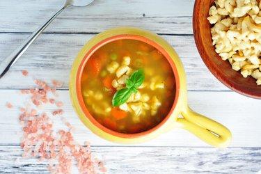 Soupe santé de carottes, pois et vermicelles de pois chiches