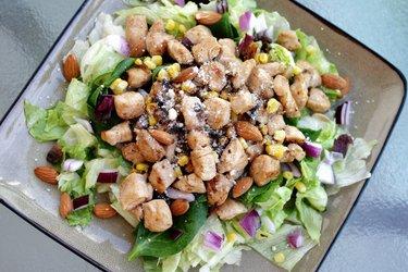 Salade équilibrée au poulet, oignons rouges et amandes