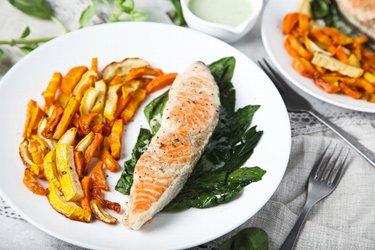 Saumon grillé et ses frites de légumes, sauce au yaourt et à l'ail