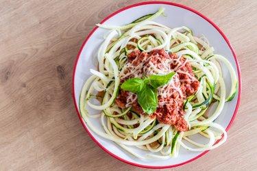 """""""Spaghettis"""" de courgette équilibrés et sauce au thon"""