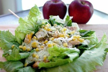 Sandwich léger au poulet en salade et sauce à l'avocat