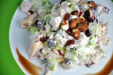 Délicieuse salade de fruits et poulet