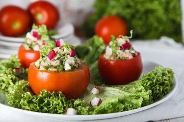 Salade thon-œuf servie dans une tomate