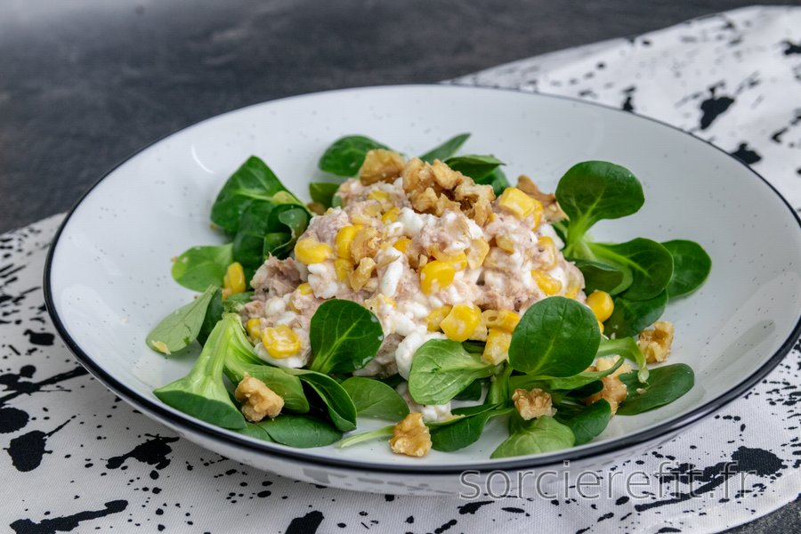 Salade au thon, fromage blanc, maïs et noix