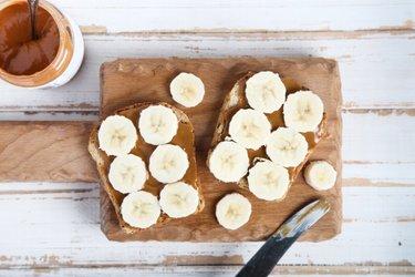 Toasts de pain complet, à la banane et au beurre de cacahuète