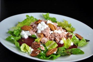 Salade de thon saine à la betterave et aux noix