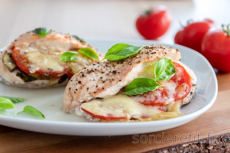 """Blancs de poulet rôtis """"Caprese"""" avec des tomates, du basilic et de la mozzarella"""