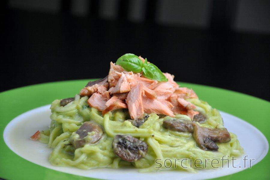 «Spaghettis» de courgette, saumon et sauce crémeuse à l'avocat