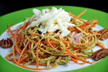 """Pâtes"" à la carotte et persil, pesto au basilic"