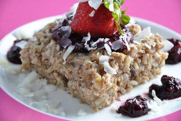 Gâteau de riz brun sans sucre cuit au four, sauce aux graines de chia et fruits